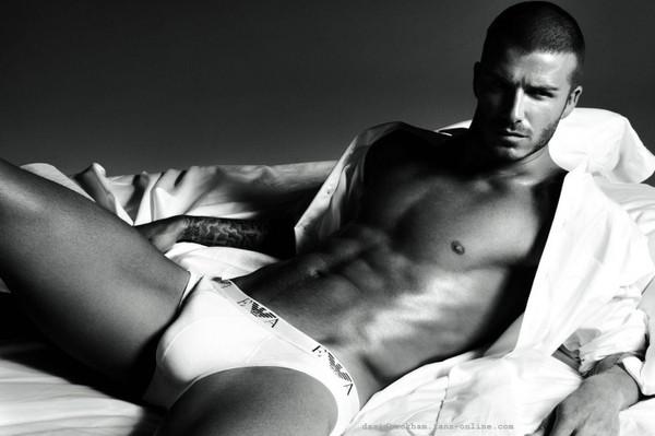 Học Ronaldo và Beckham, Messi cởi đồ làm mẫu nội y 7