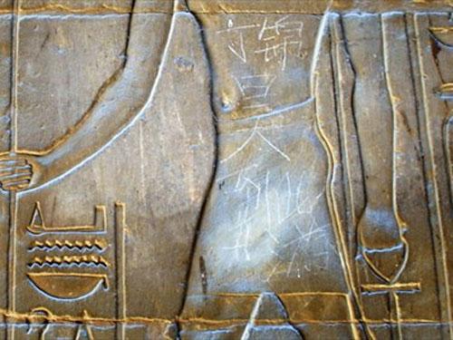 Ai Cập truy tận gốc người Trung Quốc viết bậy lên di tích