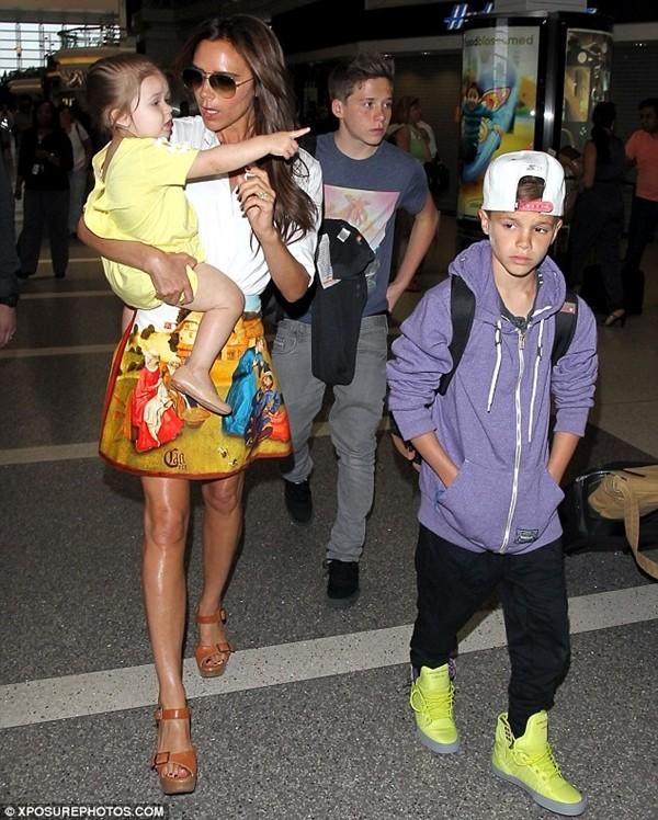 Bé Harper và mẹ điệu đà rời Los Angeles 1