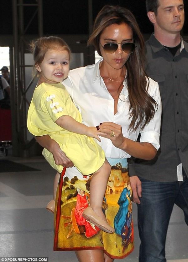 Bé Harper và mẹ điệu đà rời Los Angeles 3