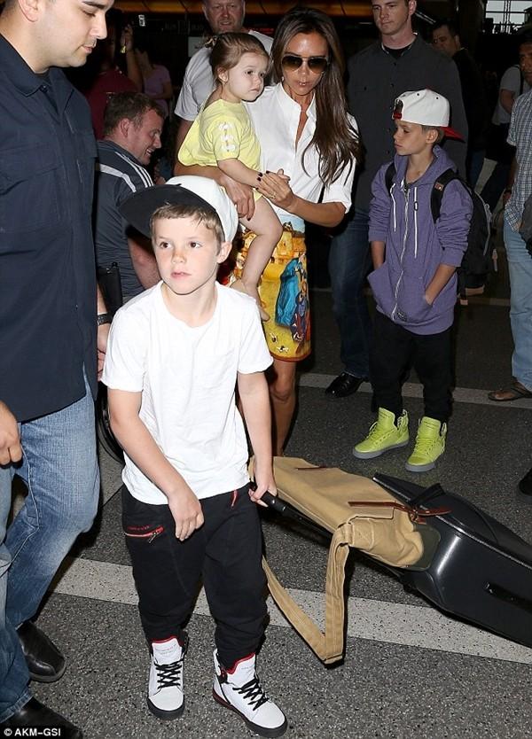 Bé Harper và mẹ điệu đà rời Los Angeles 5