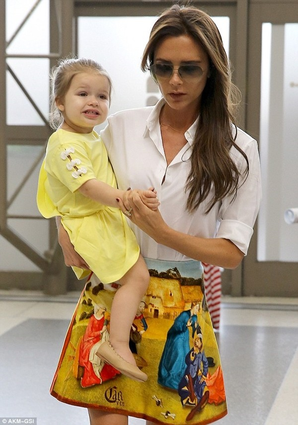 Bé Harper và mẹ điệu đà rời Los Angeles 7