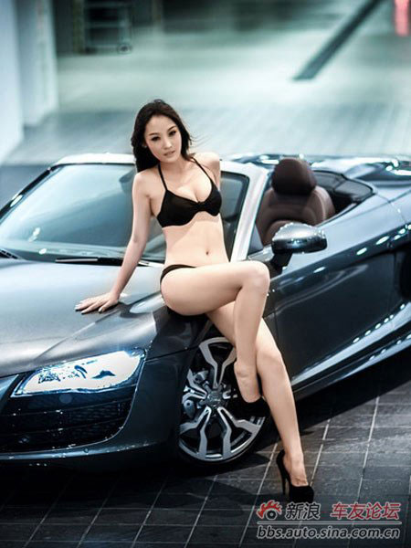 """Cô nàng """"mát mẻ"""" quấn lấy Audi 1"""