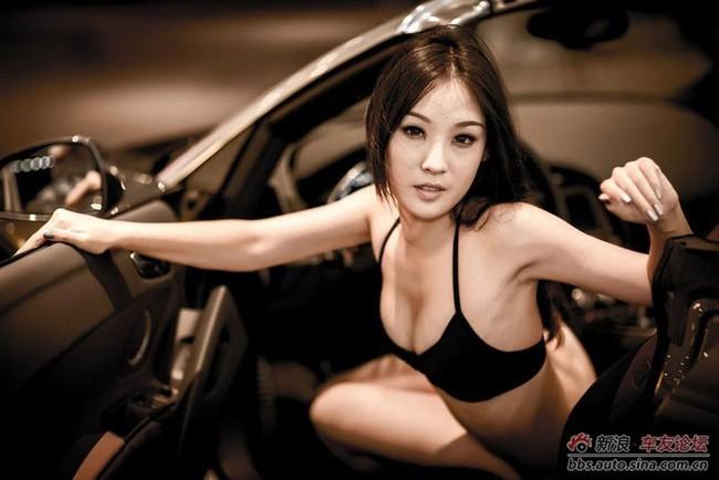 """Cô nàng """"mát mẻ"""" quấn lấy Audi 4"""