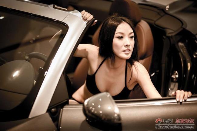 """Cô nàng """"mát mẻ"""" quấn lấy Audi 5"""