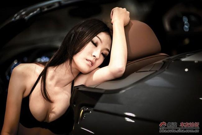 """Cô nàng """"mát mẻ"""" quấn lấy Audi 8"""