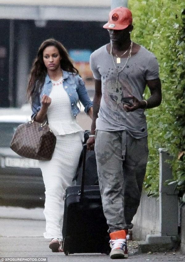 Balotelli rủ bạn gái ra công viên... đá bóng 1