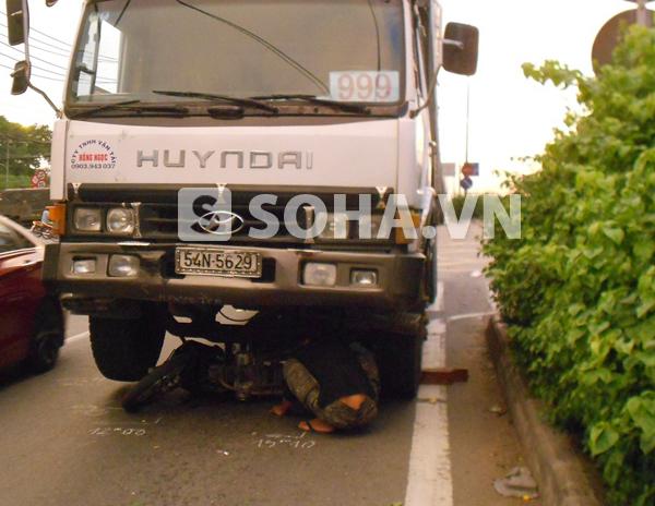 Hiện trường vụ tai nạn làm người phụ nữ đi xe máy nguy kịch