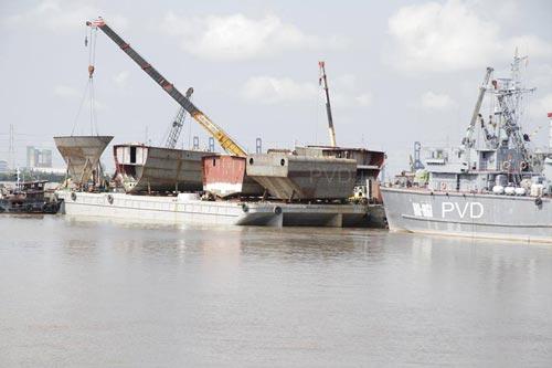 Các modun thân tàu tên lửa cao tốc Molniya đang được chuyển đến nhà máy đóng tàu Ba Son bằng đường biển. Livejourna lấy nguồn ảnh từ PVD.