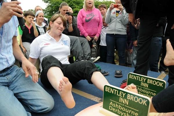 Môn thể thao kì lạ tại 1 thị trấn nhỏ ở Anh này đã từng được đề xuất đưa vào các môn thi đấu tại Olympic