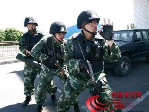 Lực lượng an ninh Tân Cương giải cứu một vụ đụng độ.  Ảnh: XILU.COM