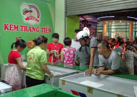 Trụ sở Kem Tràng Tiền đặt tại số 35 Tràng Tiền, Quận Hoàn Kiếm, bên cạnh Hồ Gươm.