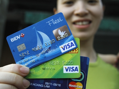Thẻ tín dụng nhiều tiện ích trong thanh toán nhưng phải cẩn trọng khi sử dụng. Ảnh: Ngọc châu