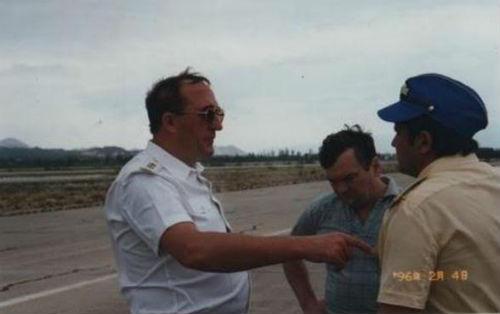 Đô đốc Khmelnov, trung tướng không quân V.I.Bumaghin-tư lệnh không quân của hạm đội TBD, đại tá V.A.Bulyghin chỉ huy phi đoàn vận tải. đang trao đổi trong cuộc điều tra nguyên nhân vụ rơi 3 chiến đấu cơ Su-27