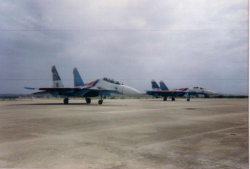 Hai chiếc Su-27 thoát nạn đang đỗ trên sân bay Phan Rang