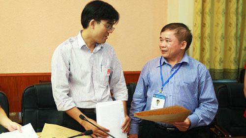 Thứ trưởng Bộ GD-ĐT Bùi Văn Ga (phải) kiểm tra công tác chuẩn bị cho đợt 1 kỳ thi năm 2013 tại một trường đại học.