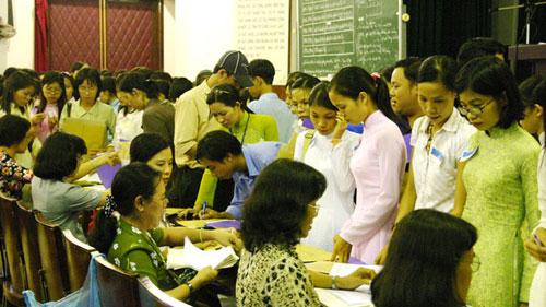 Các giám thị bàn giao bài thi của thí sinh thi vào đại học Sư phạm TP.HCM.
