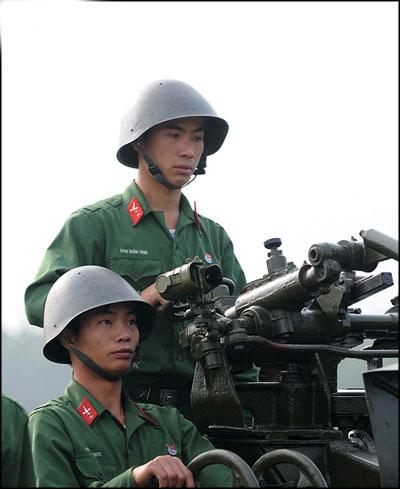 Các pháo thủ vào vị trí trên mâm pháo, tìm kiếm mục tiêu