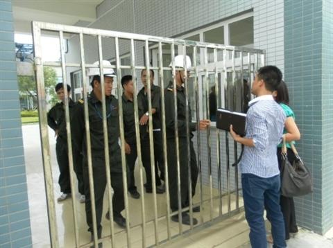Lực lượng bảo vệ cấm cửa phóng viên và cơ quan chức năng