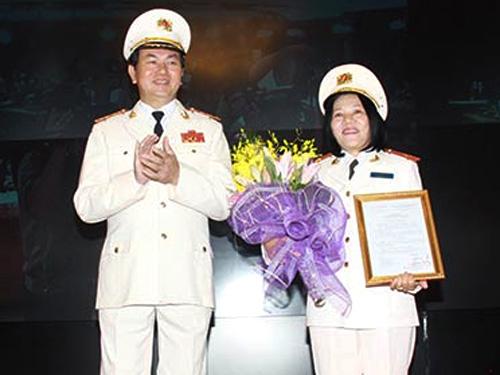Bộ trưởng Trần Đại Quang trao quân hàm Thiếu tướng cho Giám đốc Công an Kiên Giang Bùi Tuyết Minh