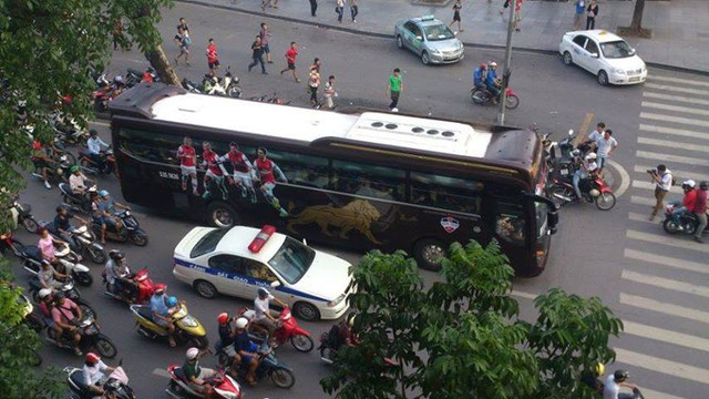 Fan Arsenal đuổi theo xe chở cầu thủ.