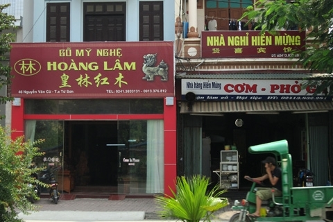 Từ cửa hàng đồ gỗ đến nhà nghỉ trên phố Nguyễn Văn Cừ đều có biển hiệu tiếng Trung Quốc.