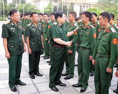 Bộ trưởng Phùng Quang Thanh thăm hỏi chiến sĩ hoàn thành nghĩa vụ quân sự.