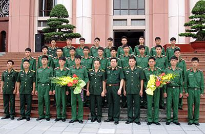 Bộ trưởng Phùng Quang Thanh chụp ảnh lưu niệm với chiến sĩ hoàn thành nghĩa vụ quân sự của Tiểu đoàn 103.