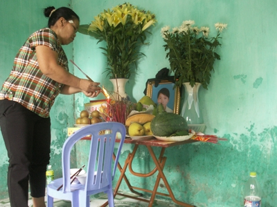 Bà Trần Thị Thắng, mẹ em Hoài thắp nhang cho con gái
