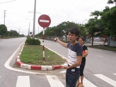 Anh Lê Văn Hậu đứng tại địa điểm xảy ra tai nạn khi nạn nhân Tr. và Hoài bị cảnh sát rượt đuổi tối ngày 14/7