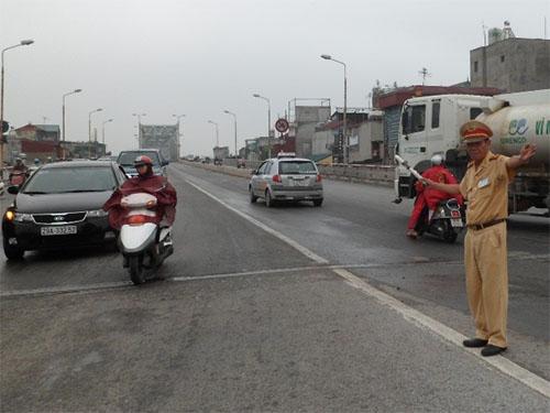 Thượng tá Lê Đức Đoàn, Đội CSGT số 1 đang điều tiết giao thông trên cầu Chương Dương.
