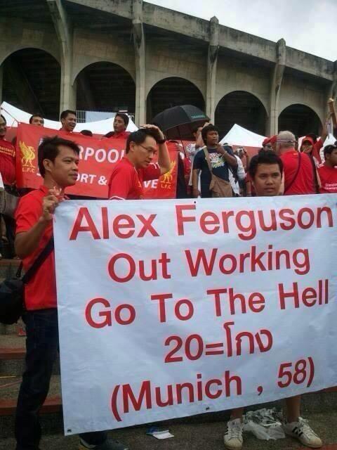 """Fan Liverpool gây sốc với biểu ngữ: """"Ferguson, hãy đi xuống địa ngục!"""" 1"""