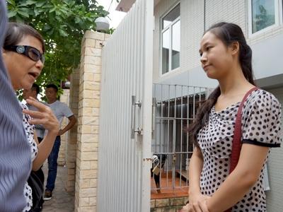 Nhân viên Công ty Minh Việt (phải) ở lại chăm đôi chó