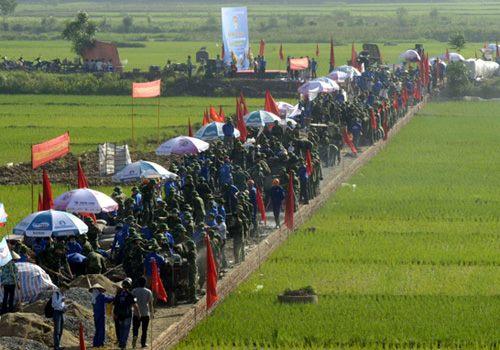 Một đoạn đường ngắn 1000 thanh niên tình nguyện đứng kín mít.