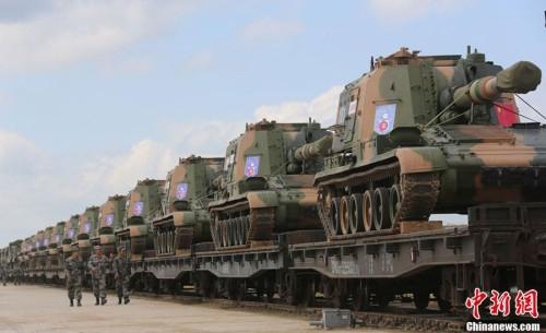 Trung Quốc dùng xe lửa vận chuyển pháo tự hành 152 mm sang Nga tham gia tập trận tháng 7/2013
