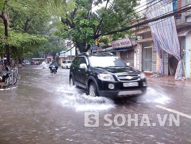 Đường Đội Cấn (Ba Đình, Hà Nội) các phương tiện cũng phải rẽ sóng nước để đi