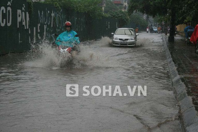 Đường Nguyên Hồng cũng không tránh khỏi tình trạng ngập lụt.