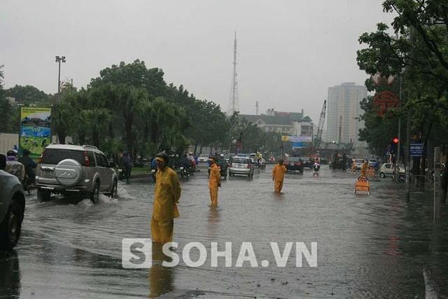 Trên đường Liễu Giai, các nhân viên của công ty cấp thoát nước cũng đã có mặt để xử lý tình trạng ngập lụt trên đường phố.
