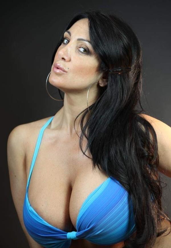 Vừa đến Ý, Higuain đã bị người đẹp ngực khủng mời gọi 2
