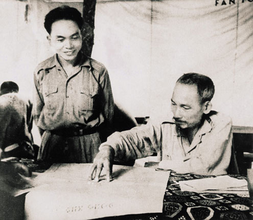 Chủ tịch Hồ Chí Minh và đại tướng Tổng tư lệnh Võ Nguyên Giáp tại Sở chỉ huy Chiến dịch Biên giới (1950).