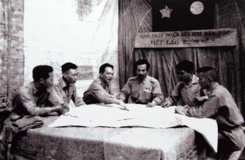 Đại tướng Võ Nguyên Giáp, Hoàng thân Souphanouvong bàn kế hoạch mở Chiến dịch Thượng Lào 1953, tạo bước ngoặt quan trọng đưa cuộc kháng chiến chống Pháp của nhân dân hai nước Việt Lào đi đến thắng lợi.