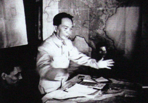 Đại tướng Tổng tư lệnh Võ Nguyên Giáp ra lệnh nổ súng vào lúc 17h30 ngày13/3/1954, mở màn chiến dịch Điện Biên Phủ.