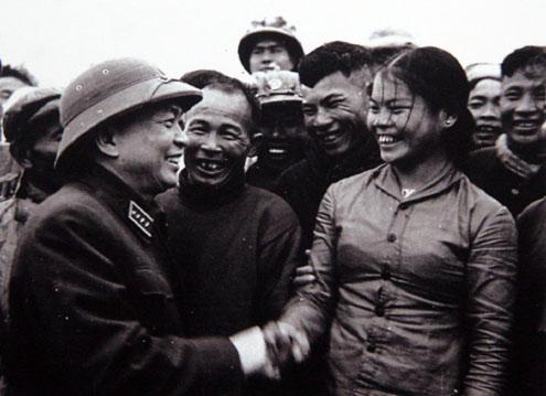 Đại tướng Võ Nguyên Giáp khen ngợi nhân dân địa phương và anh chị em công nhân đội vận tải Sông Gianh, Quảng Bình đã góp phần tích cực vận chuyển hàng ra tiền tuyến (1968).