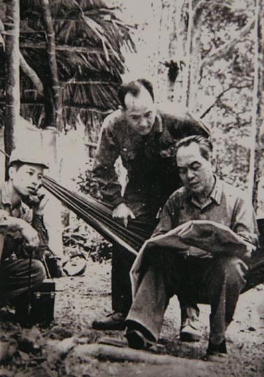 Đại tướng nghiên cứu bản đồ tuyến vận tải chiến lược của bộ đội Trường Sơn trên đường đi thăm đoàn 559 (tháng 3/1973).