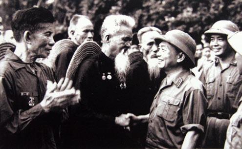 Đại tướng Võ Nguyên Giáp thăm đơn vị lão dân quân Hoằng Hóa (Thanh Hóa) - đơn vị bắn rơi máy bay Mỹ bằng súng trường, tại lễ duyệt binh nhân ngày Quốc khánh 2/9/1973.
