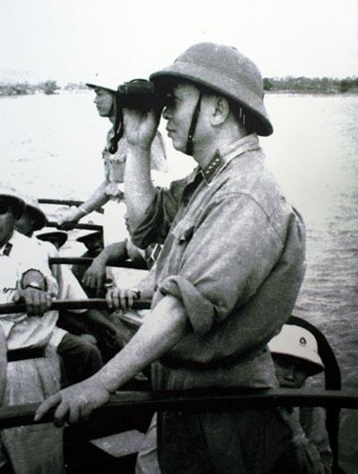 Đại tướng quan sát bộ đội hải quân luyện tập sẵn sàng chiến đấu (1964).