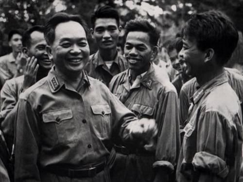 Ảnh chụp Đại tướng Võ Nguyên Giáp (trái) năm 1968