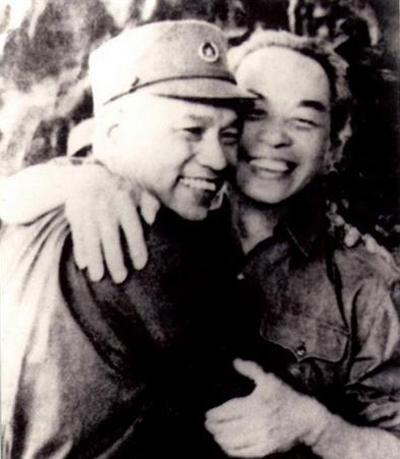 Đại tướng Tổng tư lệnh Võ Nguyên Giáp gặp Đại tướng Văn Tiến Dũng sau ngày đại thắng (tháng 5-1975)