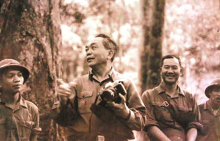 Đại tướng Võ Nguyên Giáp trong chuyến kiểm tra một cung đường vận tải chiến lược Tây Trường Sơn mùa khô 1972-1973.