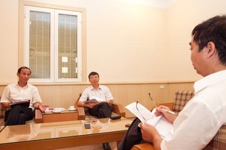 Ông Nguyễn Việt Cường - Chánh Thanh tra Sở Y tế Hà Nội (trái ảnh) - trả lời phỏng vấn PV Báo Lao Động.